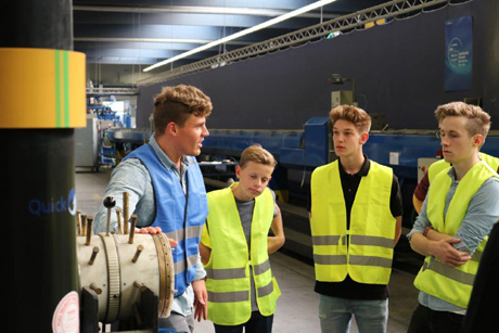 Bei Betriebsführungen erlebten die Schülerinnen und Schüler hautnah, wie die hochmodernen Kunststoffrohre in Greven hergestellt werden.