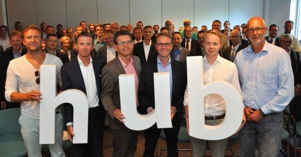 Nach der erfolgreichen Gründung des Vereins münsterLand.digital präsentiert sich der geschäftsführende Vorstand Thomas Malessa (3.v.l.) mit den Aufsichtsratsmitgliedern Sebastian Kotzwander (l.), Dr. Ansgar Strumann (2.v.l.), Dr. Frank Wallow (3.v.r.), Christoph Hertz (2.v.r.) und Matthias Günnewig (r.). Foto: Wirtschaftsförderung Münster GmbH/Martin Rühle