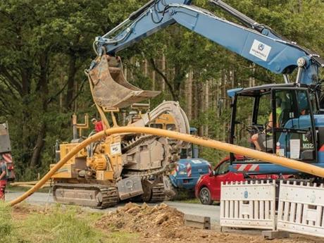 Verlegung der Gasleitung mit Fraeseverfahren am Wegesrand