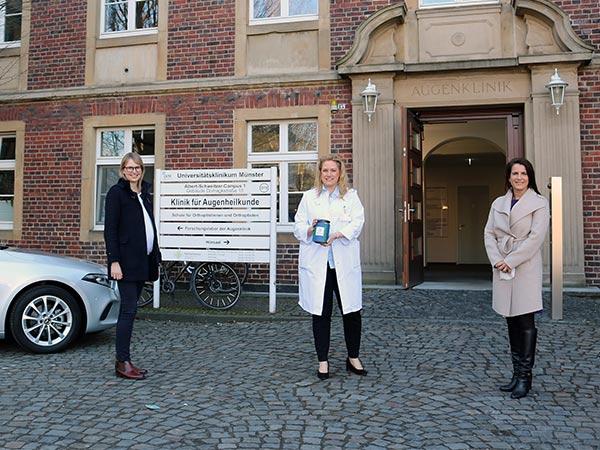 Spendenübergabe bei der Augenklinik am Uniklinikum Münster