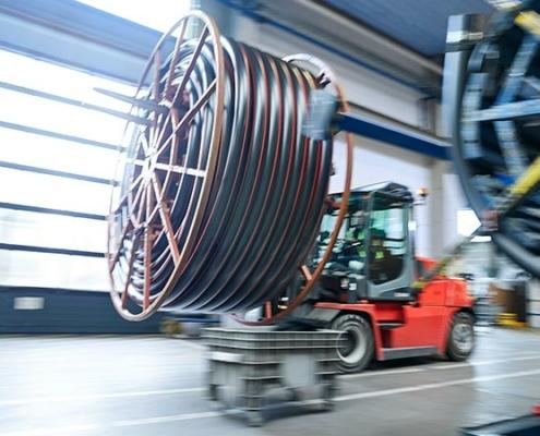 Transport eines Kunststoffrohres als Ringbund mit dem Gabelstapler