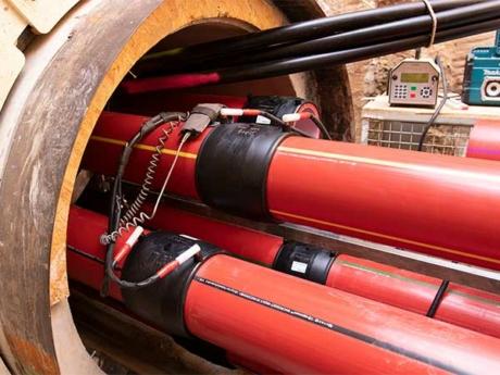 Die individuell gekennzeichneten egeplast Power Protect PE-RT Schutzrohre werden mit RT-Muffen im Heizwendelschweisverfahren mit dem im Vortriebsrohr gelagerten Rohrstrang verbunden